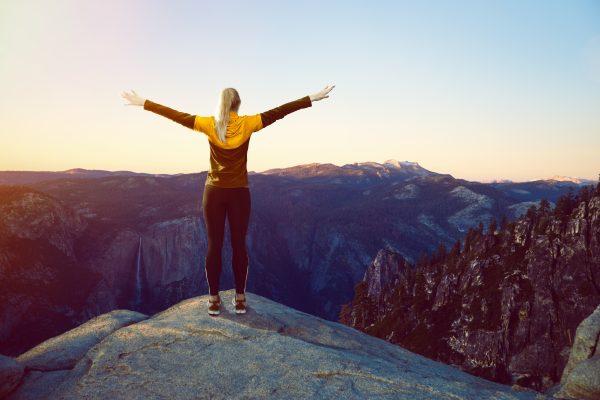 Frau auf einem Berggipfel